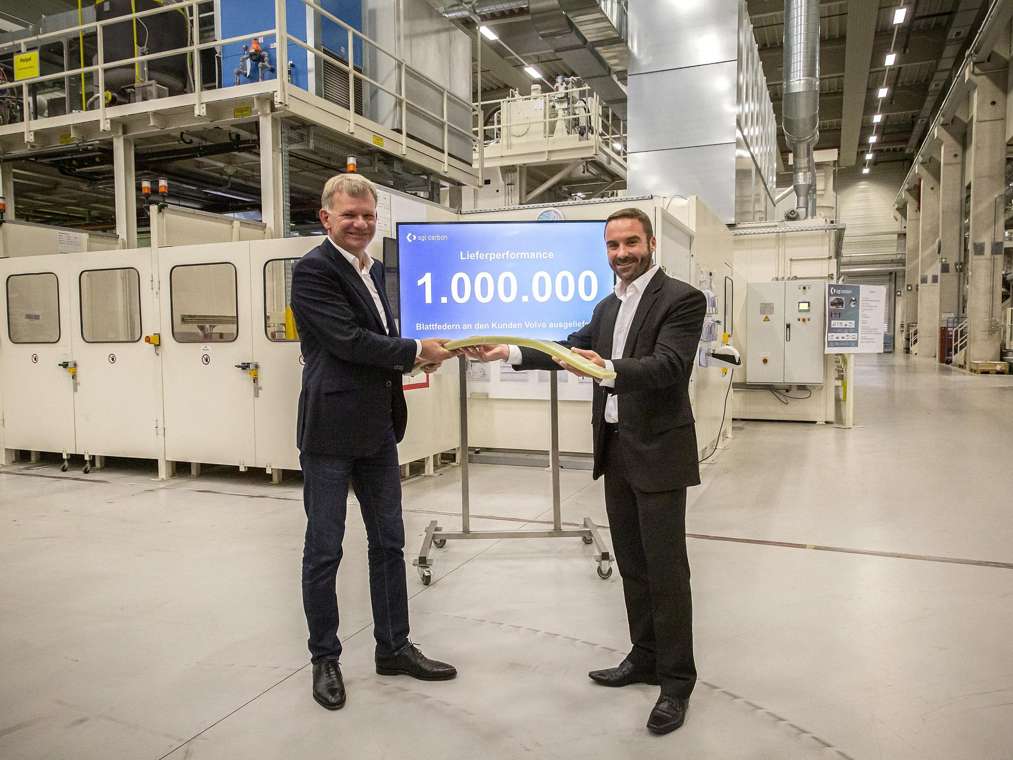 Photo: Dr. Jürgen Köhler, CEO of SGL Carbon, and Herwig Fischer, Managing Director of SGL Carbon at the production site Innkreis, are delighted with the delivery of the millionth leaf spring made of fiberglass-reinforced plastic to Volvo Cars (from left to right)