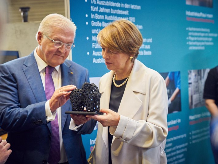 The Federal President is pleased about the 3D-printed elephant made of graphite powder